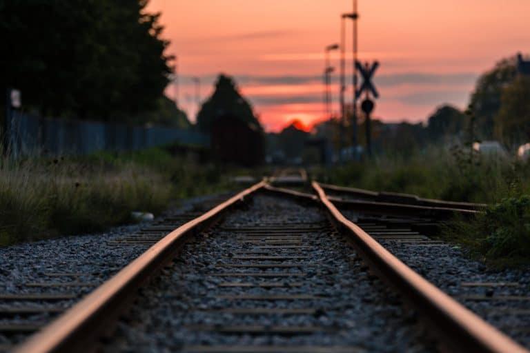 voie ferrée train couché de soleil