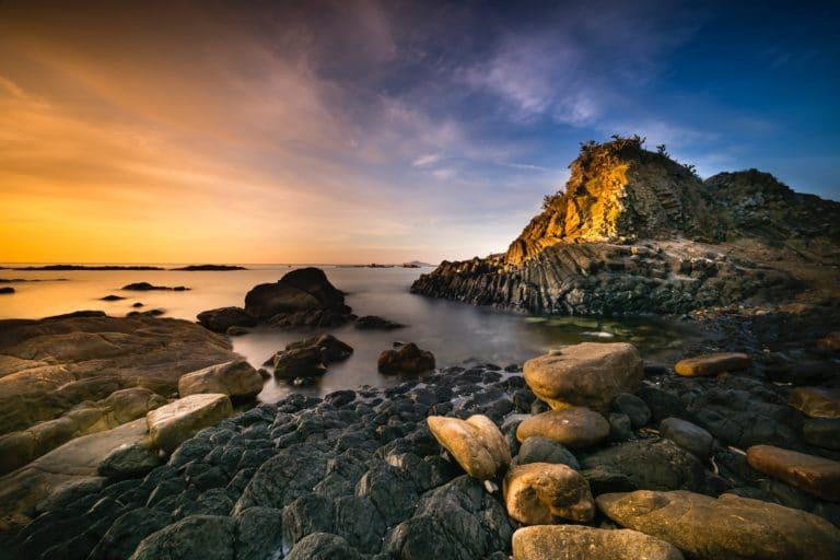 levé de soleil avec vue sur mer et les rochers