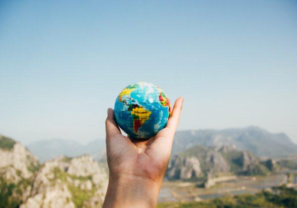 globe en main tour du monde