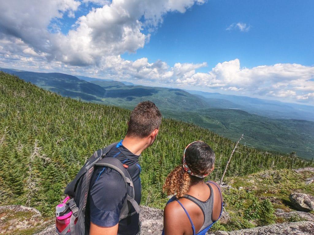 point de vue sur la région de charlevoix et ses montagnes environnants