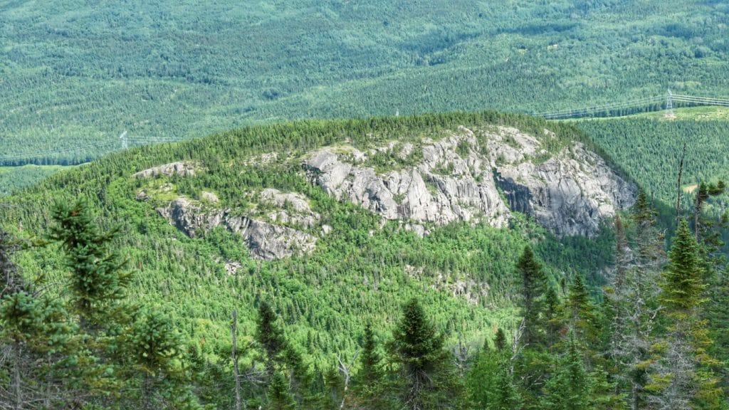 Vue d'une montagne verdoyante sur la randonnée du mont des Morios