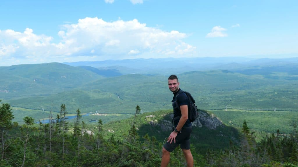Anthony du blog de Partir Loin face à un lac et des montagnes de Charlevoix