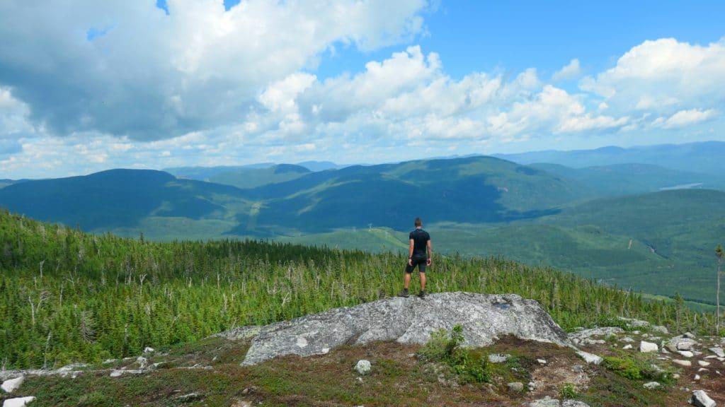 Point de vue du mont des Morios avec Anthony du blog de Partir Loin qui regarde les montagnes de Charlevoix