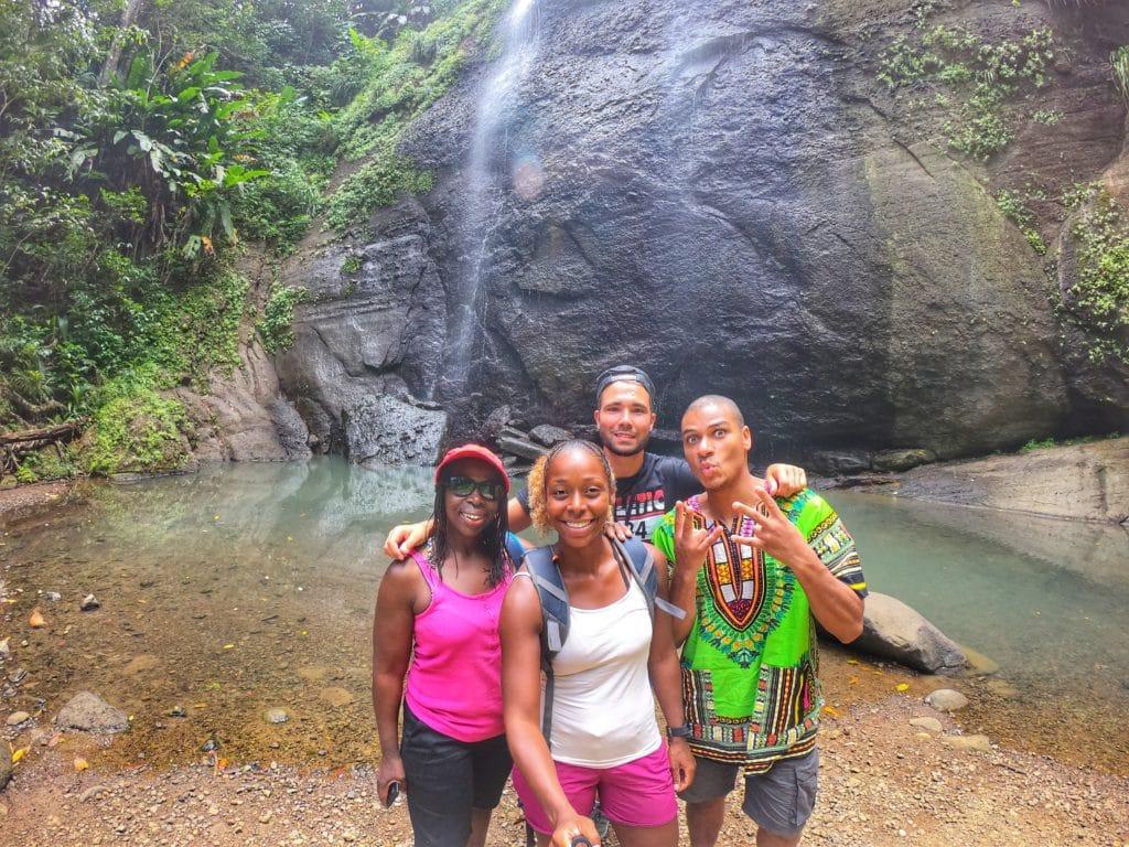 Selfie de la famille Signou devant une chute d'eau à Sainte Lucie