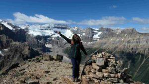 Vue du sommet avec Maëva devant les montagnes spéctaculaires