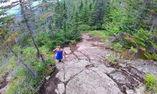 Descente du sommet le menaud sur des roches abruptes