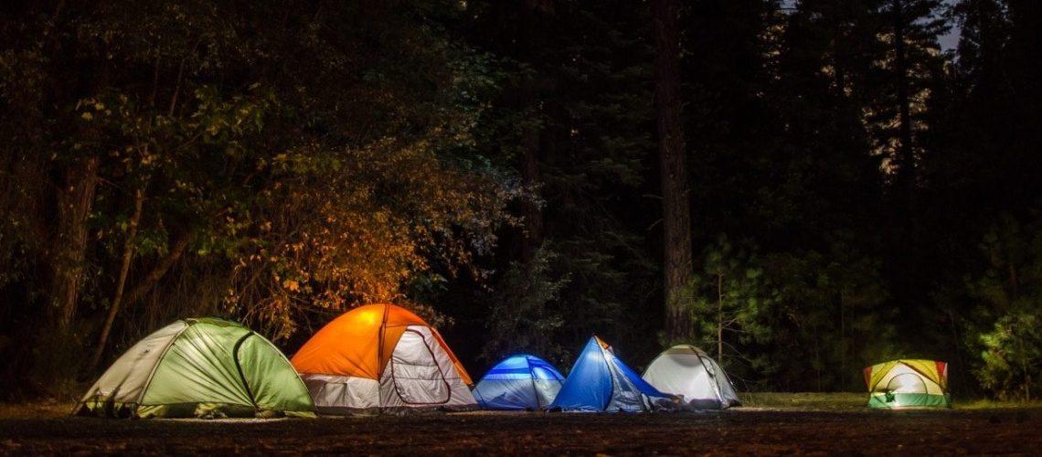 tentes plongées dans l'obscurité
